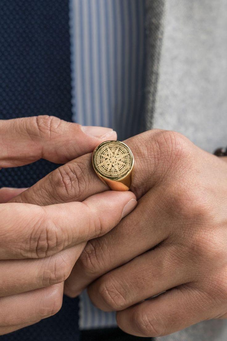 Dieser klassische Siegelring kombiniert ein kühnes, klobiges Design mit zarten Details …