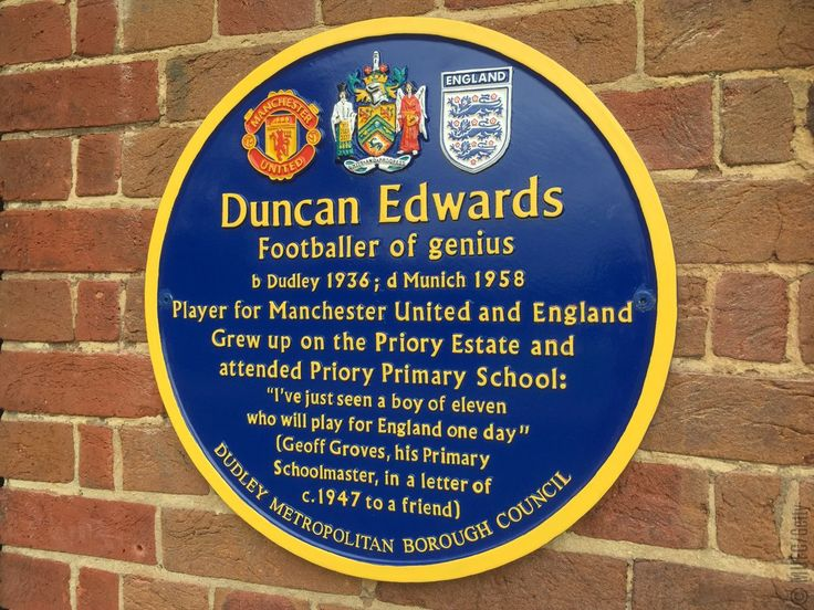 Sir Bobby Charlton today visited Duncan Edwards's birthplace, Dudley, to unveil a blue plaque dedicated to his fellow #MUFC legend.