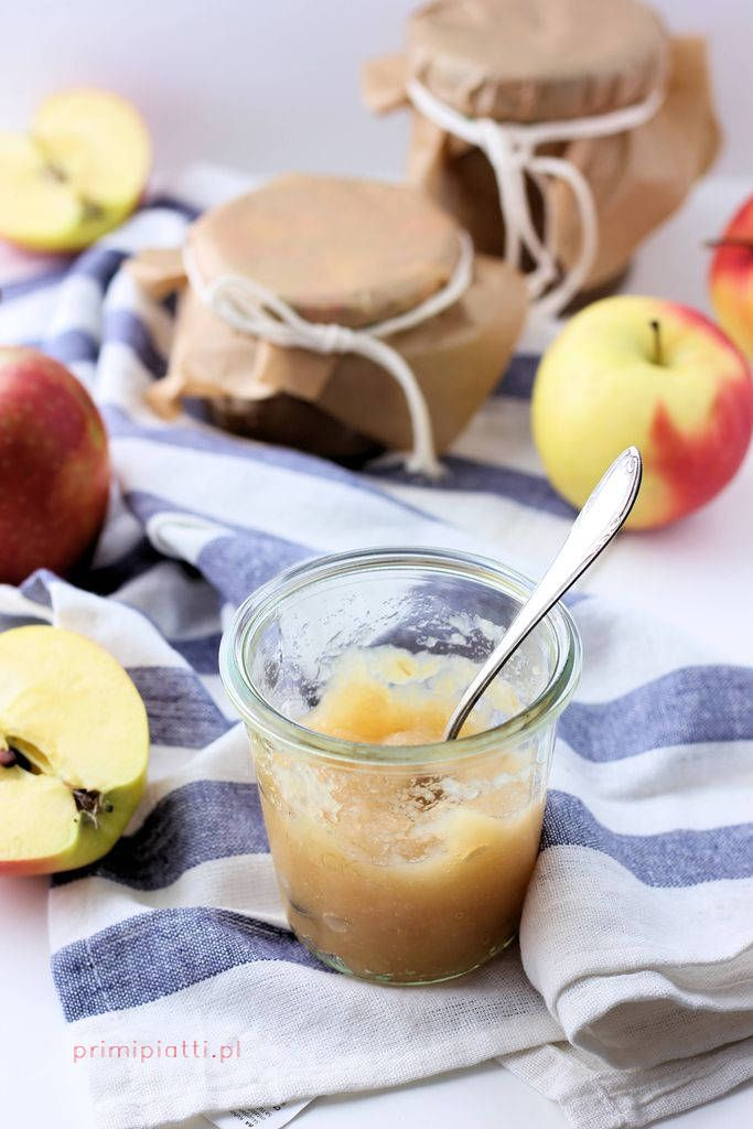 Mus jabłkowy to obowiązkowa pozycja w mojej kuchni. Używam go do wielu rzeczy – do szarlotek, szybkich deserów bez pieczenia, jogurtów naturalnych czy owsianek. Mus do szarlotek robię osobno – dodając pod koniec smażenia pokrojone w drobną kostkę jabłka, dzięki temu nie zdążą się rozpaść i w cieście tworzą idealną konsystencję. Mus jabłkowy: -jabłka (najlepiej …