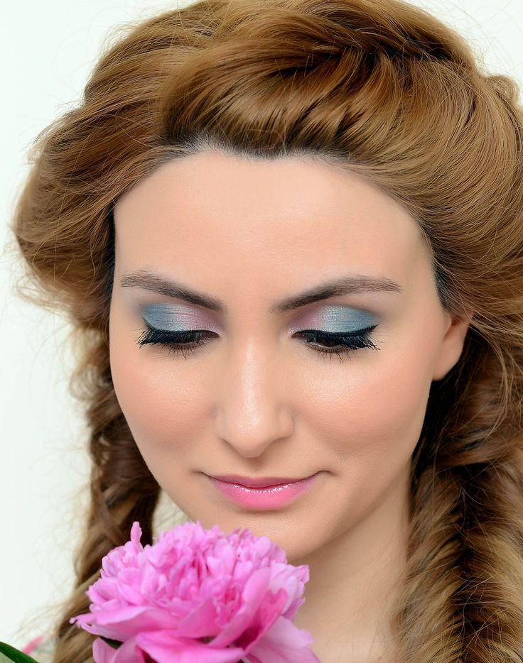 Нежный образ в розово-голубых тонах  создан декоративной косметикой #Maybelline