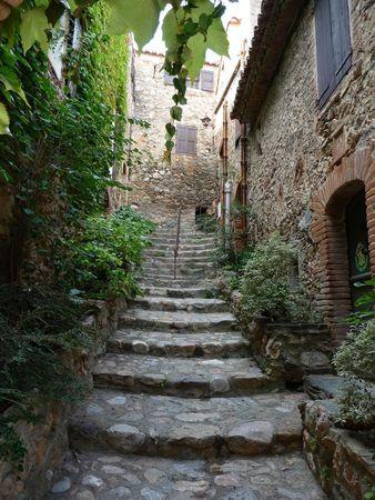 Escadas em Castelnou, vila medieval listada como Uma das Vilas Mais Belas da França. Situa-se no departamento dos Pirineus Orientais, região da Occitania, França.