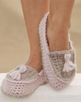 Gratis hækleopskrifter | Hæklede tøfler | Hold varmen om fødderne med disse fine, hjemmehæklede tøfler med kvaster | Skøn hækling til dig| Håndarbejde | Hæklet i 100% uld | Hyggeligt hækleprojekt til dig | Håndarbejde