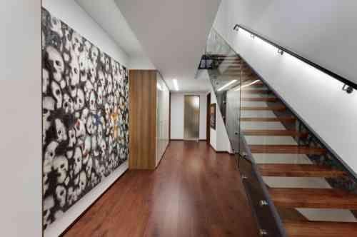 escalier moderne en verre, bois et métal