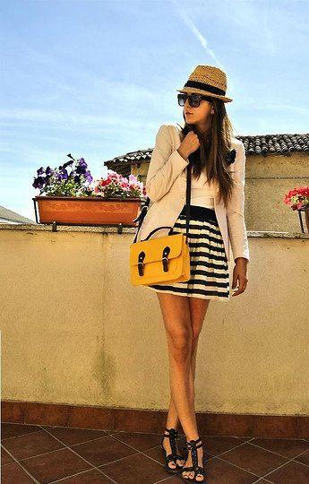Look con falda de rayas blancas y negras http://cocktaildemariposas.com/2013/04/01/rayas-blancas-y-negras-amarillo/