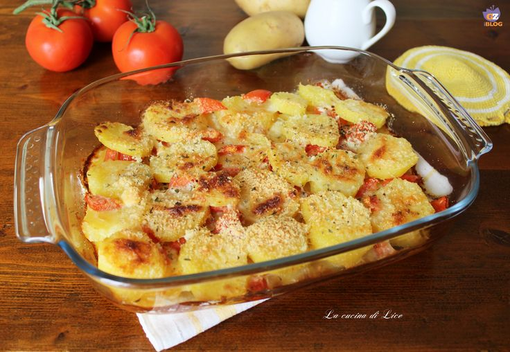 Le patate con pomodoro e pecorino sono un contorno gustoso che può essere servito anche come piatto unico aggiungendo tra gli strati del prosciutto cotto.