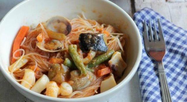 Fideos chinos de arroz con sepia y verduras
