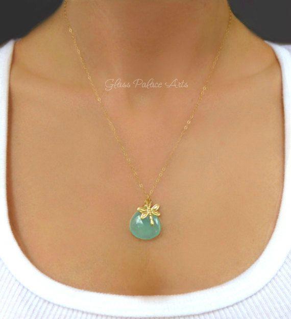 Gold Anhänger Halskette  -Wunderschöne funkelnde Aqua blau Chalzedon Teardrop Maßnahmen ca. 20mm -Entzückende Libelle Charm ist 14 k Gold gefüllt -Die funkelnde Kette ist 14 k Gold gefüllt -Kettenlänge ist auf 18 gezeigt - wählen Sie Ihre Lieblings-Länge an der Kasse -Halskette legt mit einem 14 k gold-Feder-Verschluss   ► Alle Schmuck ist für eine sichere Anreise sorgfältig verpackt und ist verpackt in einer Geschenkbox mit gebunden ein Satin bow - perfekt für die Schenkung! Wenn Sie…
