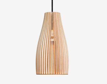 TEIA is een hanglamp voor grote tafels. De doorkijkbaar Birch geven hun tijdloze elegantie en een warme en gezellige sfeer. Als verlichting voor de eettafel, een dressoir of als licht voor keuken eilanden... TEIA is verkrijgbaar in zes kleuren.  Variant: Berk natuurlijke, fijn geschuurd, onbehandeld / / diameter 29cm, hoogte 34, 5cm  TEIA wordt vervangen met kabel van 2 m textiel, E27 en baldakijn in een hand-gedrukte kartonnen doos. Kabel kleuren: zwart, wit, grijs, rood, groen en blauw…