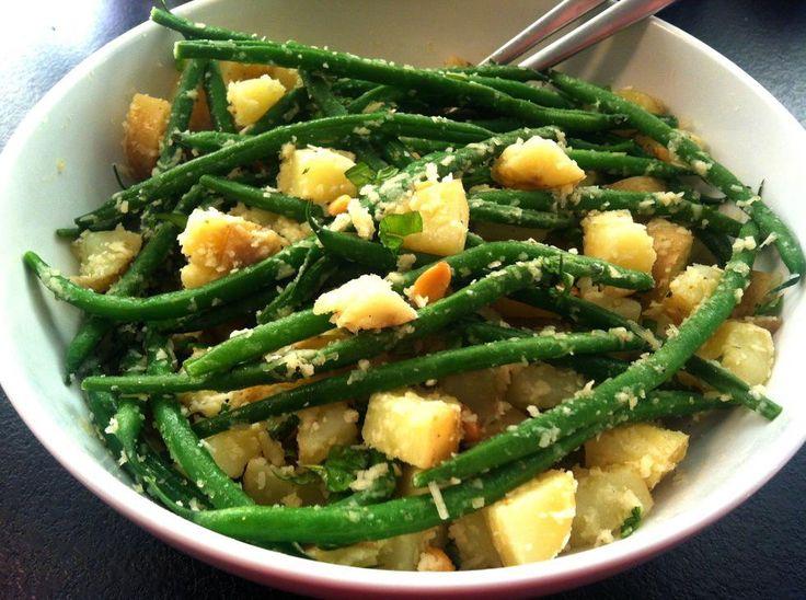 Lett og hjemmelaget potetsalat - Denne potetsalaten uten majones, rømme eller creme fraiche min absolutte grillfavoritt. Den er frisk og lett på grunn av sitronsmaken fra sitronolivenolje, men likevel syndig god på grunn av parmesanosten.Denne potetsalaten passer utmerket til alle typer grillmat, men spesielt godt til lammekjøtt hvis du velger mynte. For å gjøre den enda mer mettende kan du også blande inn småtomater!
