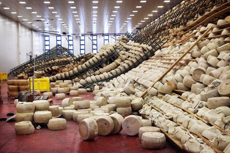 La Capellettan osuuskunnan kypsyttämössä kaatui 43 000 Parmigiano Reggiano -juustotahkoa. Ainakin puolet juustoista on mennyttä. Tuhot ovat kymmenen miljoonaa euroa. Italian maanjäristyksistä tuli viiden miljardin lasku – katso kuvakooste - HS.fi