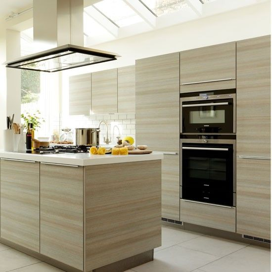 Modern kitchen with light wooden cabinets and simple lines / Cocina moderna con armarios en madera clara y líneas simples
