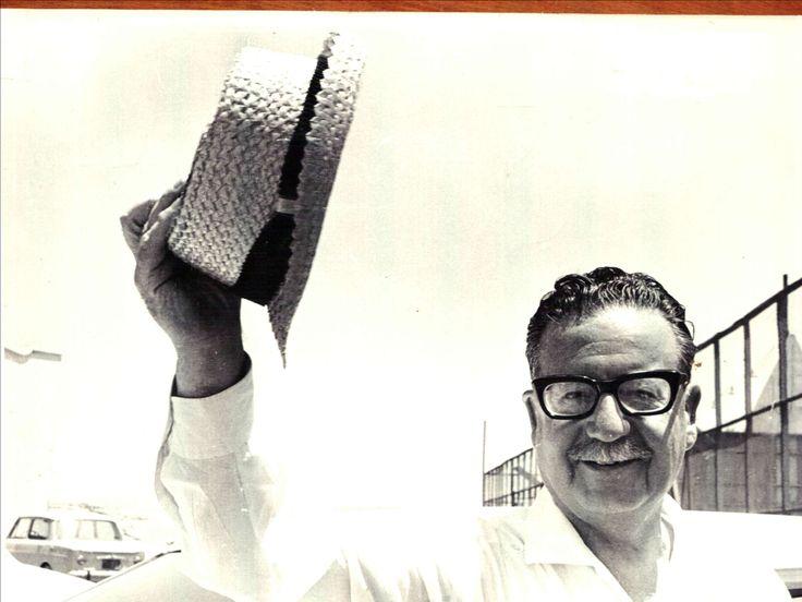 El proceso de la vía chilena al socialismo fue encabezada por Salvador Allende, presidente de Chile en 1970-1973. Él planteó que en el país estaban las condiciones para construir un sistema socialista a través de reformas a la estructura institucional existente en la época, sin desarrollar un proceso armado. Imagen de Salvador Allende (s/f) del archivo personal de Rubén Donoso Soto. #Allende #UP #Chile