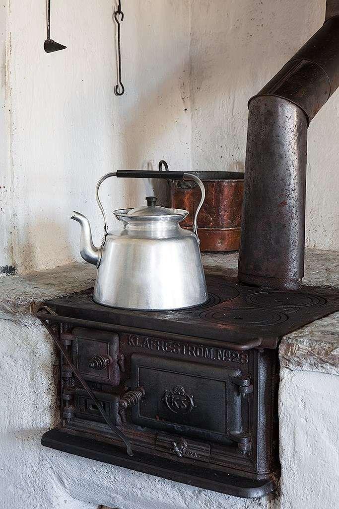 Klassisk vedspis i köket.