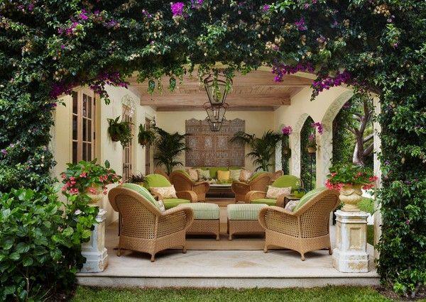 Innenhof-gestalten-Ideen-klein-exotische-Pflanzen-Palmen-Möbel-platzsparend