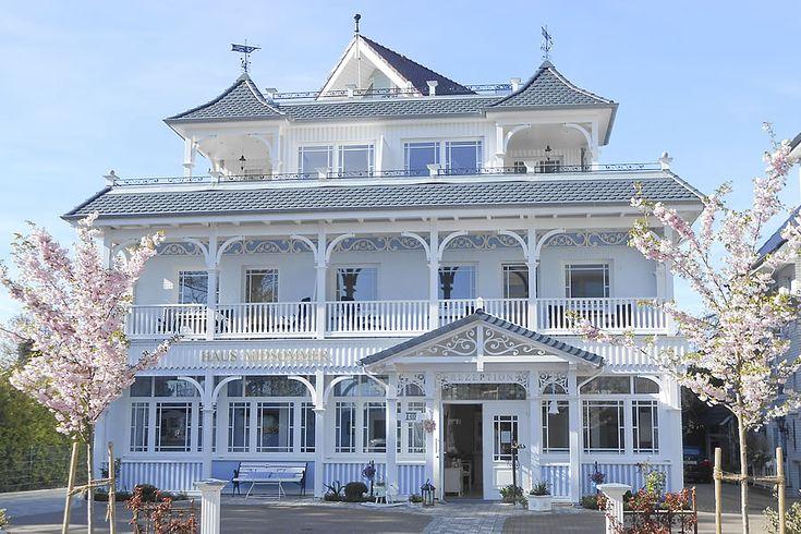 Haus Midsommer im Frühling. Ferienwohnungen im Chabby Chic: Haus Midsommer, am Strand von Timmendorfer Strand.