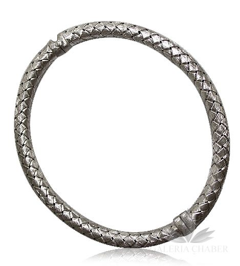Sztywna bransoletka wykonana ze srebra próby 925. Bransoletka łamana na środku, zapięcie na magnes. Bardzo wygodna zarówno w noszeniu jak i zakładaniu. Na bransoletce utkano wzór imitujący plecionkę. Całość matowa.