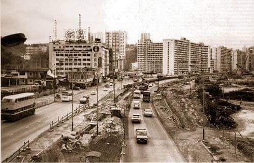 當年牛頭角下邨(中),九龍灣德福花園和地鉄站未有(右),淘大花園是淘大豉油廠(左)。