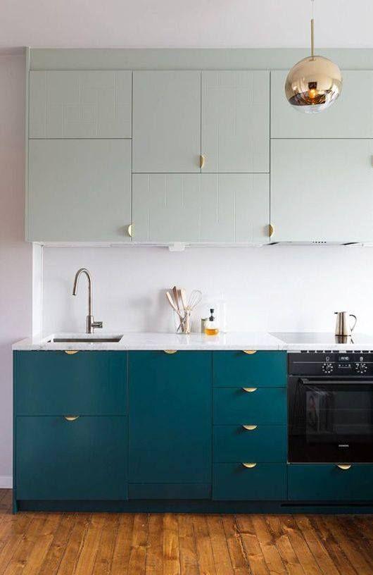 Une couleur vert d'eau pour les meubles hauts et un bleu canard pour ceux du bas. Le bon mix.