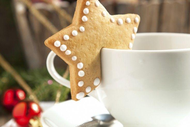 Deze prachtigekerstkoekjes hangen aan je kopje. Heerlijk bij thee, koffie of warme chocolademelk… Maak klassieke zandkoekjes volgens dit recept. Rol het koekjesdeeg uit en steek er vormpjes uit; bijvoorbeeld sterren of kerstboompjes. Snijd vervolgens met een scherp mes een rechthoekige reep uit het koekje, zodat je hem straks over je kopje kunt hangen. Leg de …