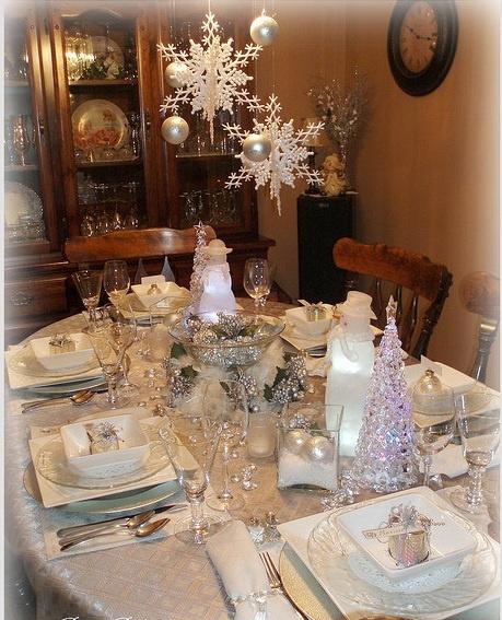 Delightful Winter Tablescape   Ju0027adore Les Flocons En Suspension! Hanging Snowflakes