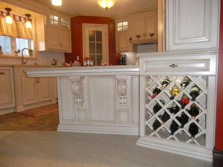 ilot et rack à vin cuisine classique en merisier peint et glazé