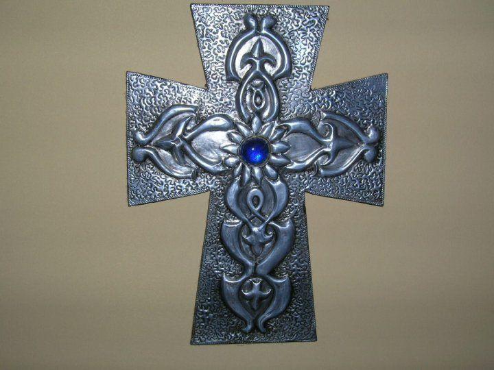 Cruz en aluminio repujado - manosalaobratv