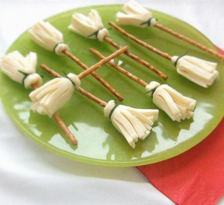 Guardate che idea carina per un aperitivo!! Finte scope fatte con bastoncini salati. fili d'erba cipollina e formaggio a fette