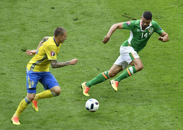 Ireland's forward Jonathan Walters (R) and Sweden's defender Victor Nilsson-Lindelof vie for the ball during the Euro 2016 group E football match between Ireland and Sweden at the Stade de France stadium in Saint-Denis on June 13, 2016..The match ended in a 1-1 draw. / AFP / PHILIPPE LOPEZ