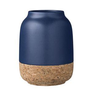 Ce vase en liège et céramique est signé Bloomingville : la partie en bas du vase est en liège naturel, et l'autre partie en céramique bleu marine.