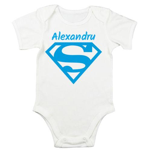 Body bebe cu simbolul lui Superman, insa acum el este pentru un Superbebe baietel sau o Superbebe fetita. Adaugati si prenumele Super bebelusului si veti crea un cadou unic.