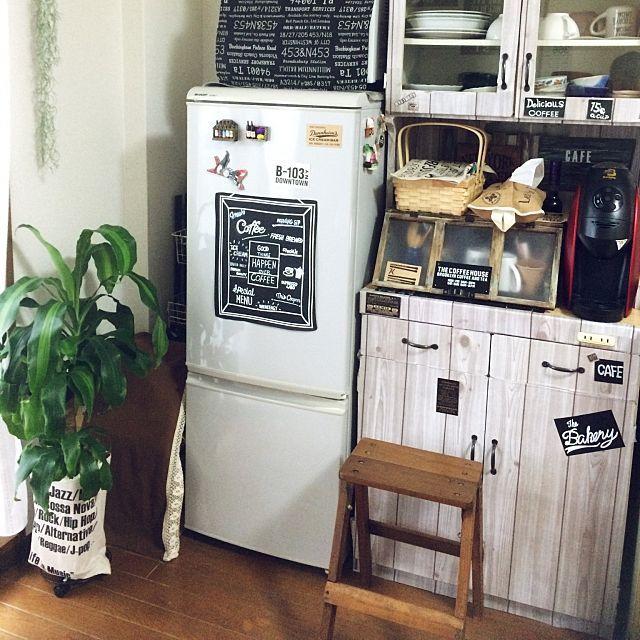 女性で、の冷蔵庫小さめ/makomiさんのショーケースを参考に♡/手作りショーケース/サボ子とグリーンとジャンクな日常…などについてのインテリア実例を紹介。「冷蔵庫イベント参加します。 見ての通り小さめ2ドアです。昔はたくさんドアのある大型冷蔵庫でしたが、息子達が独立し、1人暮らし時代があったので、この1人暮らし用?小型冷蔵庫に買い替えました。 もう10年めくらい使ってます✨夏場はドリンク類が多くなるのと、冷凍物があまり入らないから苦労するかな。 でも、今さら買い替えるのも何なので このまま。色はグレー✨黒板シートに適当にアートや字描いてペタリ。 食料品買いすぎ防止にいいかも(^^;;」(この写真は 2016-08-06 16:28:17 に共有されました)