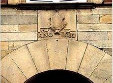 Saint-Jean-Pied-de-Port : Plus grosse bâtisse de la ville, la maison des Etats de Navarre abrita périodiquement de 1715 à 1789 les assemblées provinciales de Basse-Navarre. Sur sa porte, au-dessus de l'arcade, le blason de la Maison de Navarre, martelé à la Révolution, mentionne la date de 1610. C'est ici que résida André de Druillet, évêque de Bayonne (1707-1727) , membre du parlement . Il y disposait d'un appartement dont il reste deux plaques de cheminée !