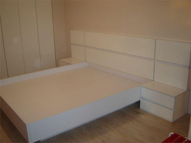 Мебель для спальниБольшая кровать с глянцевыми панелями.