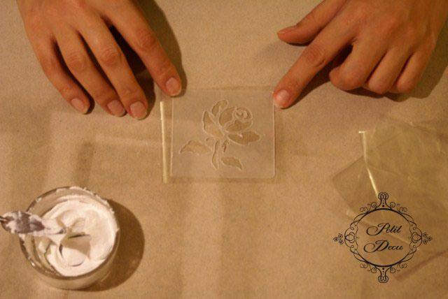 Рукодельная лавка - Как сделать объемный рельеф на округлой поверхности?Вырезаем небольшой кусочек плотного целлофана (или пленки). Он должен быть немного больше вашего трафарета.Накладываем трафарет на вырезанный целлофан.