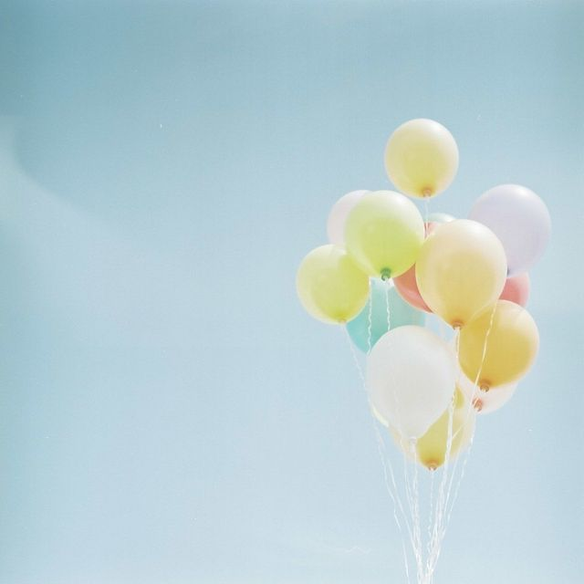 Pastels flying high in the sky.Pastel Mania, Balloons Photography, Le Ballon, Happy Birthday Pastel, Balloons Parties Ideas, Balloonsparti Ideas, Balloons In The Sky, Gardens Parties, Sky Balloons