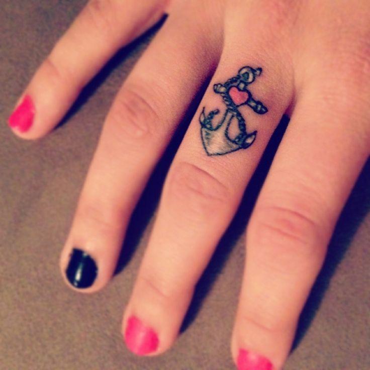 ancla y corazón tatuados en el dedo