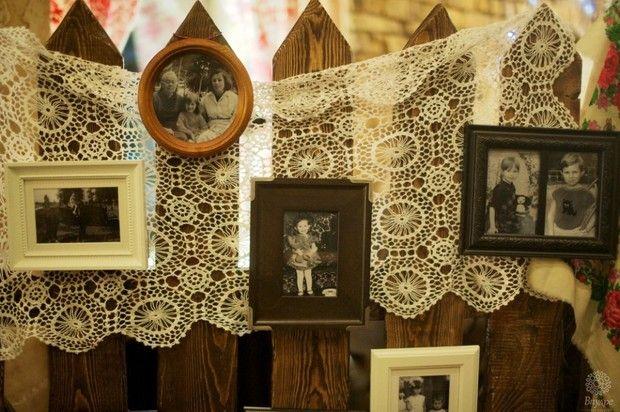 Декор - кружевная занавеска и детские/семейные фотографии. Очень мило!