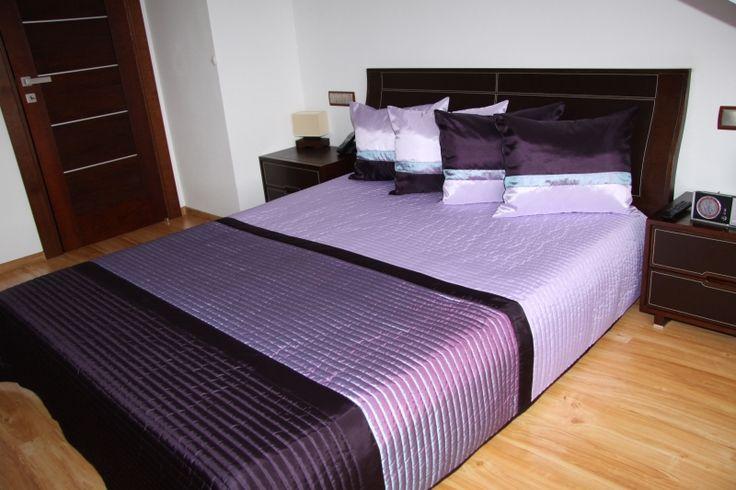 Svetlo fialový prehoz na posteľ s tmavo fialovými pásmi