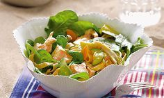 Salada fria de massa com salmão. O salmão é um peixe para todo o ano. De Inverno come-se quente e de Verão é delicioso frio, principalmente em saladas como esta salada fria de massa com salmão, onde propomos uma mistura rica de legumes. No final, o abacaxi confere-lhe uma frescura sem igual. Uma receita simples e saudável.