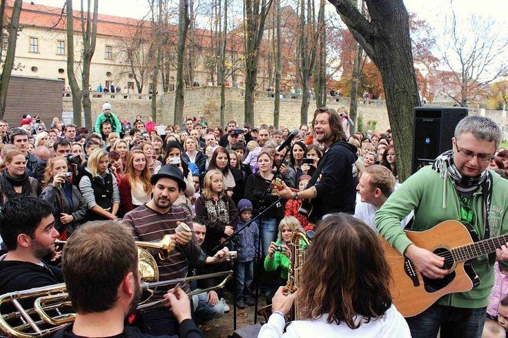 Jičínský koncert na lavičkách skupiny Kryštof.