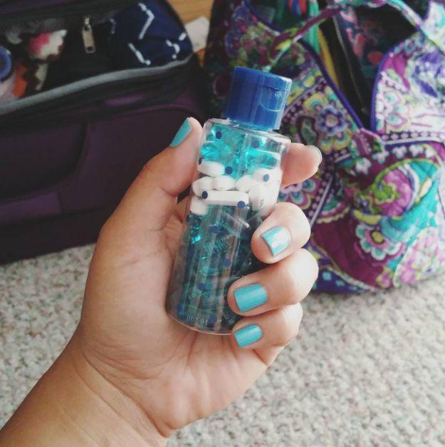 Coloque todas as suas vitaminas e pílulas em uma pequena garrafa em vez de levar vários recipientes volumosos. | 19 truques de viagem tirados do Instagram que são geniais