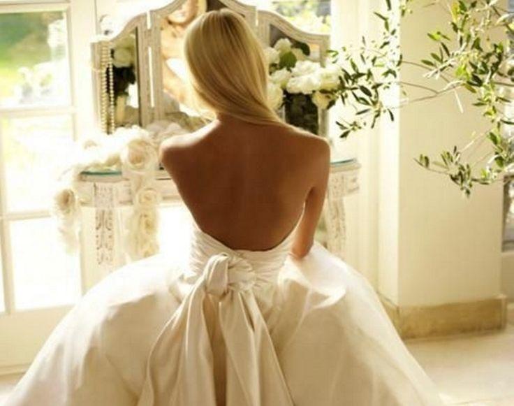 """Νύφες που """"δείχνουν"""" την πλάτη τους Ρομαντικά, ρετρό ή girly εξώπλατα νυφικά."""