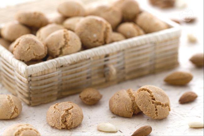 Gli amaretti sono biscottini a base di mandorle diffusi in molte regioni d'Italia. Ottimi da accompagnare al tè o come pensiero dolce da regalare.