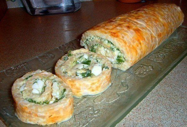 Еще больше рецептов здесь https://plus.google.com/116534260894270112373/posts  Нежный рулет для любителей кальмаров  Ингредиенты: Кальмары (у меня вареные)– 600 грамм; Тертый сыр – 300 грамм; Сырое куриное яйцо – 2 штуки; Вареное куриное яйцо – 3 штуки; Творожный сыр типа Альметте – 100 грамм Огурец свежий – 1 штука; Огурец маринованный – 1 штука; Зелень любая – 1 пучок; Специи- по вкусу.  Приготовление: 1. Кальмары измельчила, смешала с тертым сыром, посолила, поперчила (у меня лимонный…