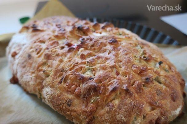 """Vyzerá ako chlebík, chutí ako pizza. Tak či tak, nikdy by som nepovedala, že z chlebíka sa  dá vykúzliť takáto hra pre  chuťové poháriky.  Recept trochu pripomína prípravu talianskej ciabatty, no líši sa niekoľkými zvratmi a  hlavne dĺžkou kysnutia. Pri  pridaní """"pizzových ingrediencií"""" sa neboj popustiť uzdu fantázie a nezľakni sa ani  kysnutého cesta v chladničke. Bez  zdĺhavého čakania a miesenia. Recept je zo stránky MyCake.sk"""