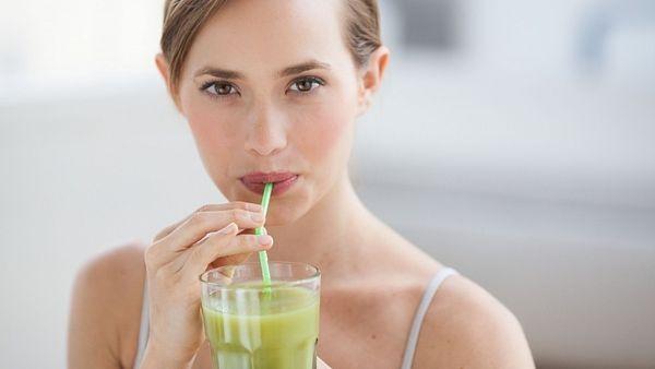 Detoxikace: Samotná sedmidenní očistná kúra může začínat každý den pitím teplé vody s citrónem. Snídaní může být čerstvá šťáva, ovocný salátek nebo zeleninové smoothie. Ke svačině opět ovoce s několika mandlemi. Oběd poskládejte z těchto surovin: dušená zelenina, jáhly, celozrnná rýže, quinoa, batáty, luštěniny, mořské řasy, semínka. Připravte si z nich polévku nebo rizoto. Odpoledne si dejte jen zeleninový vývar nebo smoothie. Kromě zmíněných potravin můžete používat i olivový olej a čers