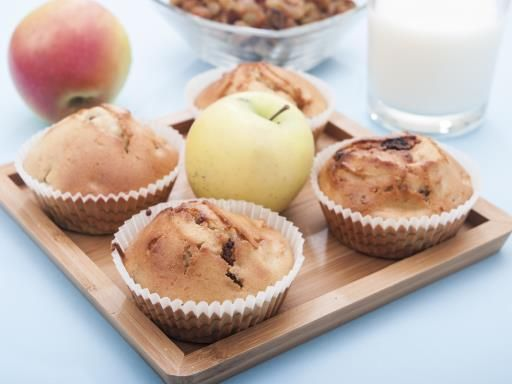 Muffins aux pommes  : - 175 g farine - 100 g sucre - levure - 50 g de beurre - 10 cl de lait - 2 pommes - 2 oeufs - 80 g de fruits secs concassés Mélanger farine, sucre, levure. Pétrir pour obtenir un mélange semblable à des miettes de pain. Couper les pommes. Dans un bol, battre 2 oeufs et lait. Verser sur le mélange de farine, incorporer les fruits. Bien pétrir. Déposer boules de pâte sur une plaque, puis cuire au four 15 à 20 min à 200°C.