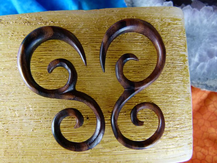 6mm 2 gauge Hand Carved Earrings -  6 mm Hanging Wood Expanding Earrings -  2g Wooden Plug Hanging Tapers *D023 door TwoFeatherConnection op Etsy https://www.etsy.com/nl/listing/215779104/6mm-2-gauge-hand-carved-earrings-6-mm