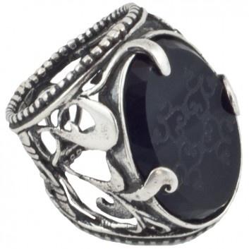 Ein Ring so pompös wie der alte Siegelring einer mächtigen Königin. Der opulente Ornament-Silberring mit graviertem Onyx wurde meisterhaft handgearbeitet vom beliebten Amsterdamer Label Gem Kingdom. Versandkostenfrei bei melovely.de.