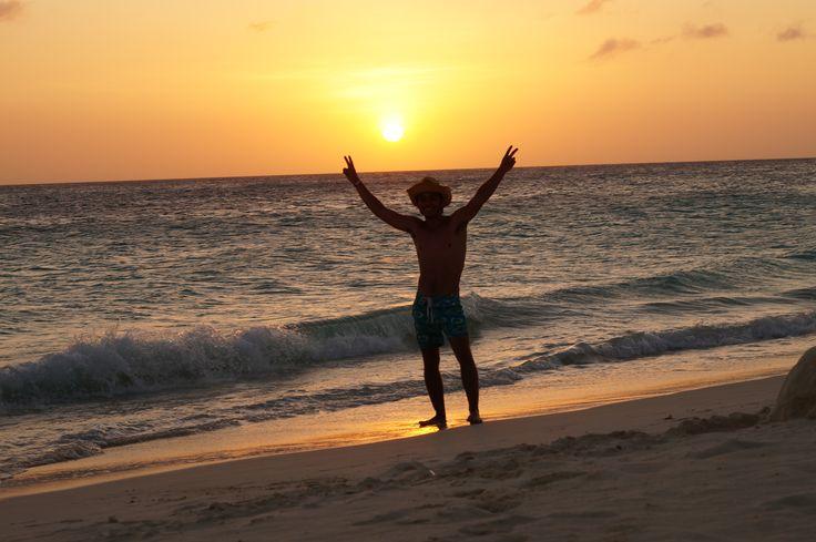 Vacaciones en Aruba en atardecer.